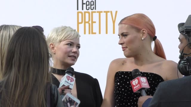 vídeos de stock, filmes e b-roll de michelle williams busy philipps attend the i feel pretty premiere at westwood village theatre in westwood in celebrity sightings in los angeles - michelle williams