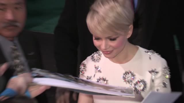 vídeos de stock, filmes e b-roll de michelle williams greets fans at oz the great and powerful premiere in hollywood 02/13/13 - michelle williams