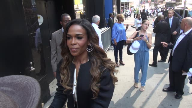 vídeos de stock, filmes e b-roll de michelle williams of destiny's child poses with signs for fans outside of the good morning america show in celebrity sightings in new york - michelle williams