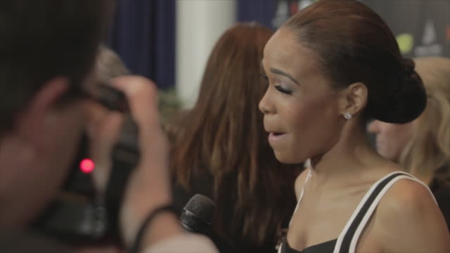 michelle williams of destiny's child talking to reporter on the red carpet at the nokia theater - destiny's child stock-videos und b-roll-filmmaterial