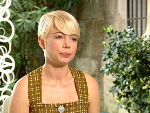 vídeos de stock, filmes e b-roll de michelle williams on her character and the story at the meek's cutoff interviews 67th venice film festival at venice - michelle williams