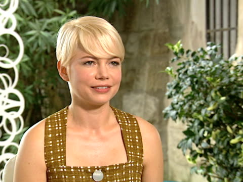 vídeos de stock, filmes e b-roll de michelle williams on how her idea of the film changed once filming started and her daughters reaction to the film when she saw it at the toronto film... - michelle williams