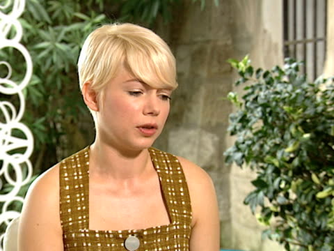 vídeos de stock, filmes e b-roll de michelle williams on how lucky her career choices have been at the meek's cutoff interviews 67th venice film festival at venice - michelle williams