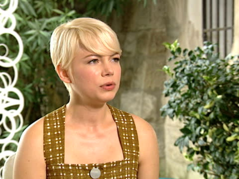 vídeos de stock, filmes e b-roll de michelle williams on how she chooses her roles at the meek's cutoff interviews 67th venice film festival at venice - michelle williams