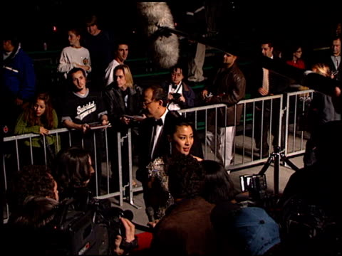 vídeos de stock, filmes e b-roll de michelle yeoh at the 'tomorrow never dies' premiere at dorothy chandler pavilion in los angeles, california on december 16, 1997. - série de filmes do james bond