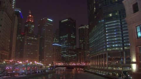 michigan avenue bridge over the chicago river in the winter - ミシガン橋点の映像素材/bロール