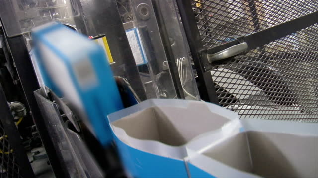 vidéos et rushes de cu, canted, usa, michigan, chelsea, automated packing line at cake mix factory - conditionnement
