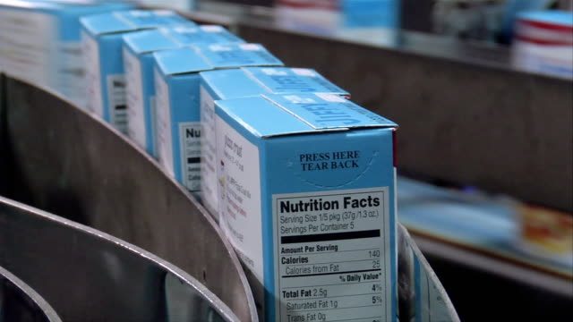 vidéos et rushes de cu, usa, michigan, chelsea, automated packing line at cake mix factory - aliments et boissons