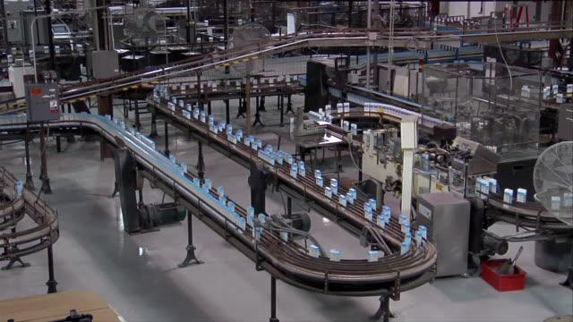 stockvideo's en b-roll-footage met ws, ha, usa, michigan, chelsea, automated packing line at cake mix factory - ingewikkeldheid