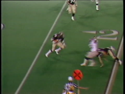 1984 montage ha ws michigan panthers quarterback bobby hebert throwing pass caught by ken lacy/ zi ms lacy being tackled by the pittsburgh maulers billy yancy and ron freeman/ yancy fighting with lacy and being pulled away by referee/ cu maulers' david la - ポンティアック点の映像素材/bロール
