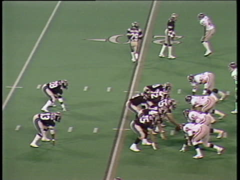 1984 ha ws pan  michigan panthers quarterback bobby hebert throwing pass caught by derek holloway who is dragged into the sidelines by the pittsburgh maulers' david langlois/ pontiac, michigan - クオーターバック点の映像素材/bロール