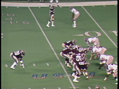 1984 ha ws pan michigan panthers quarterback bobby hebert throwing pass caught by anthony carter, who is dragged into the sidelines by the pittsburgh maulers' larry friday/ pontiac, michigan - ポンティアック点の映像素材/bロール