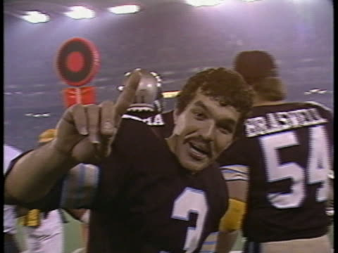1984 ms zi michigan pathers kicker novo bojovic saying hi to camera during their game against the pittsburgh maulers/ pontiac, michigan - waving stock videos & royalty-free footage
