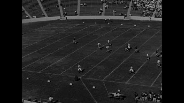 vídeos de stock e filmes b-roll de michigan wolverine tom harmon / opening kickoff play on field with harmon running ninetyfour yards for touchdown against california golden bears pan... - universidade de washington