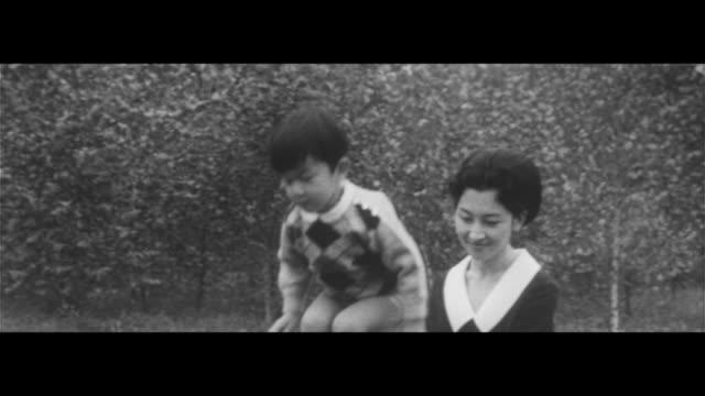michiko's birthday/michiko receiving flowers for her birthday prince hiro playing with maruta parents reading with prince hiro royal family - 受ける点の映像素材/bロール