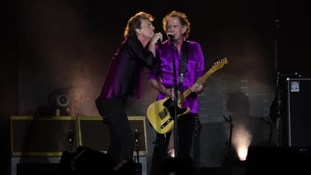 "vídeos de stock e filmes b-roll de mick jagger and keith richards perform onstage during the rolling stones ""no filter"" tour on august 01, 2019 in east rutherford, new jersey. - rolling stones"