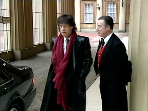 vídeos de stock e filmes b-roll de official papers released on sixties drugs raid; tx england: london: buckingham palace: ext ** music overlaid - rolling stones ** sir mick jagger... - pie humano