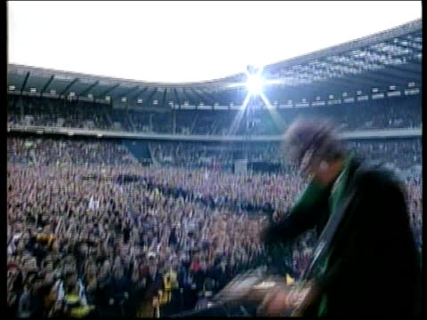 vídeos de stock e filmes b-roll de mick jagger paternity confirmed; lib scotland: edinburgh: ext seq mick jagger performing on stage with rolling stones at concert tx 27.7.99/en - rolling stones