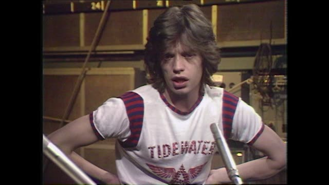 vidéos et rushes de mick jagger speaking in 1972 on writing with keith richards and their creative process - bouche humaine