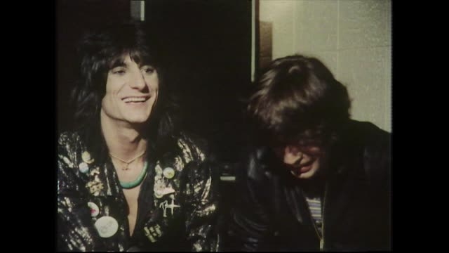 vídeos y material grabado en eventos de stock de mick jaggerand ronnie wood, speaking in 1977, discuss the development of the 'love you live' album and how the selected the songs. - entrevista grabación