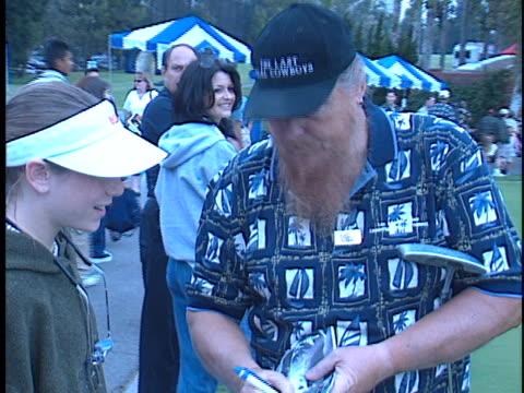 vídeos de stock e filmes b-roll de mickey jones at the lapd celebrity golf tournament at rancho park golf course, los angeles in los angeles, ca. - autografar