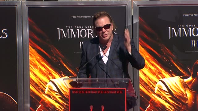 mickey rourke hand and footprint ceremony hollywood ca united states 10/31/11 - montaggio di evento video stock e b–roll