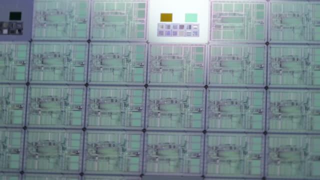 vídeos de stock e filmes b-roll de microchip de fabrico - silício
