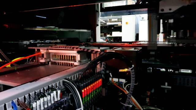 マイクロ チップの生産工場。技術プロセス。ボードの組立。チップ。 - 半導体点の映像素材/bロール