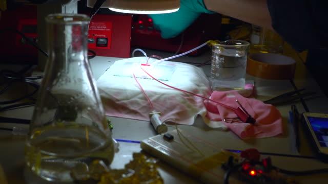 vídeos de stock, filmes e b-roll de dispositivo microfluidic - fundir técnica de vídeo