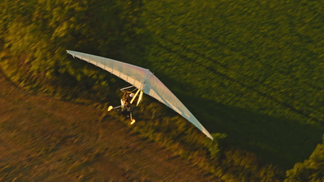 microlight flying - einzelner senior stock-videos und b-roll-filmmaterial