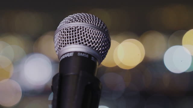 vídeos de stock e filmes b-roll de microphone bokeh - retroiluminado