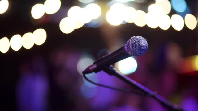 mikrofon für konzert auf einer bühne. - aufführung stock-videos und b-roll-filmmaterial