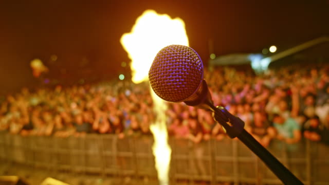 stockvideo's en b-roll-footage met microphone on stage and flame effect in background - vlam