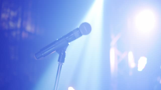 microphone on stage - oratore pubblico video stock e b–roll