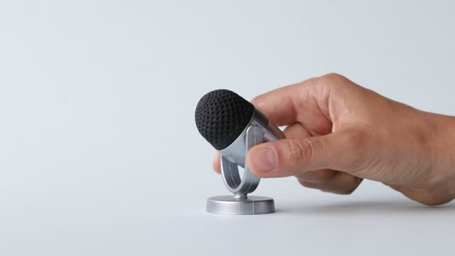 mikrofon auf weißem hintergrund - narrating stock-videos und b-roll-filmmaterial