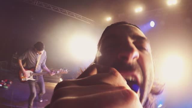 vídeos y material grabado en eventos de stock de pov de micrófono - cantante