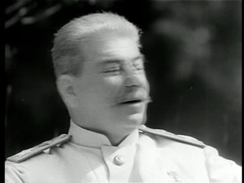 vídeos de stock, filmes e b-roll de b/w mid 1940s close up joseph stalin with grey hair smiling outdoors / newsreel - só um homem idoso