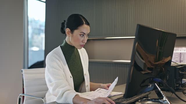 Profissional asiático médio adulto trabalhando em sua mesa