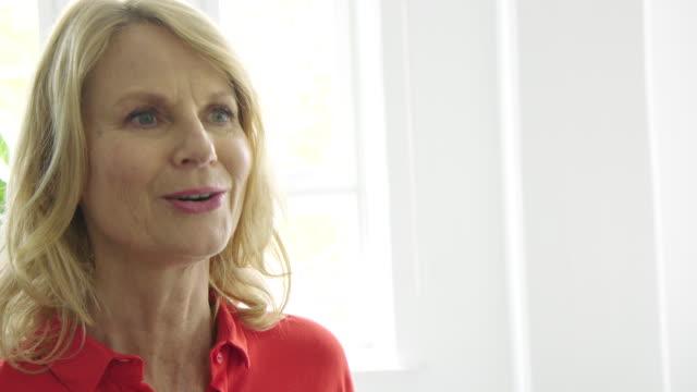 mittlere erwachsene geschäftsfrau während eines meetings - wegsehen stock-videos und b-roll-filmmaterial