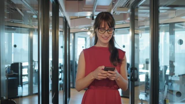 中成年女商人在辦公室大廳使用平板電腦。 - 上半身像 個影片檔及 b 捲影像