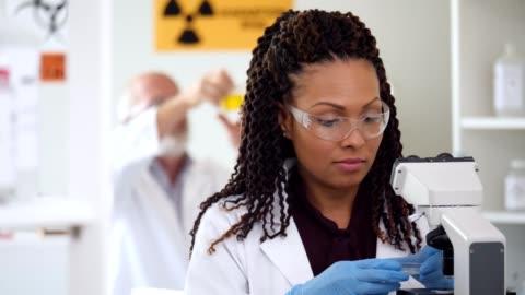 中年女科學家準備研究樣本 - research 個影片檔及 b 捲影像