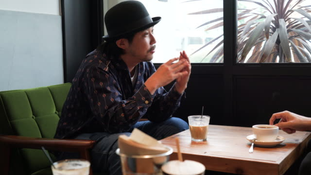 stockvideo's en b-roll-footage met half volwassen man ontspannen in café met vrienden - koffie drank