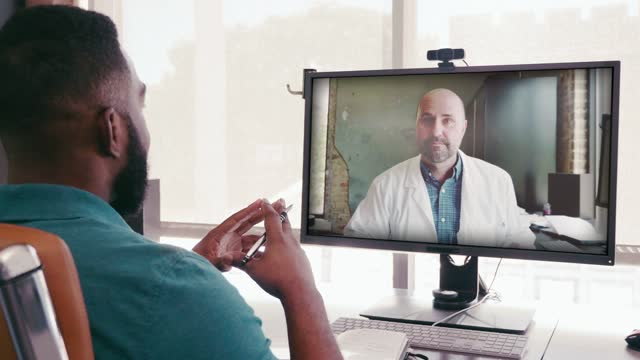 vídeos de stock, filmes e b-roll de homem adulto médio fala com seu médico via consulta de telemedicina - jaleco de laboratório