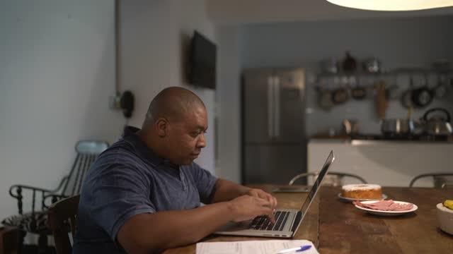 vídeos y material grabado en eventos de stock de mid adult man working from home - adulto de mediana edad