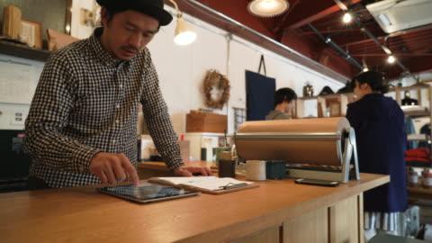 vídeos y material grabado en eventos de stock de hombre adulto medio trabajando en una pequeña tienda general - pequeña empresa