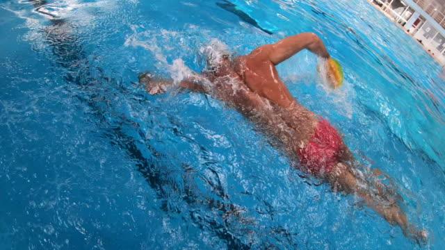 vídeos y material grabado en eventos de stock de nadador profesional adulto medio - gorro de baño