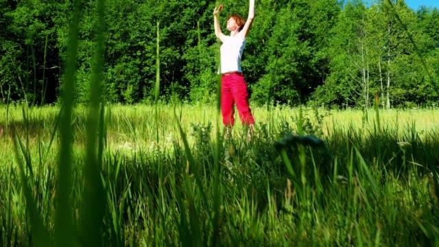 vídeos de stock e filmes b-roll de mid adult woman doing outdoor exercises - time lapse de movimento rápido