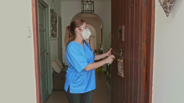 vídeos de stock, filmes e b-roll de mulher adulta média saindo de casa para trabalhar durante o pandemic - ir embora