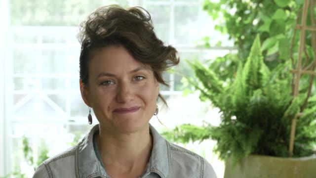 vídeos y material grabado en eventos de stock de mid adult woman smiling towards camera. - incertidumbre