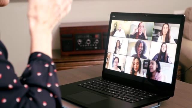 vídeos y material grabado en eventos de stock de media mujer adulta habla con amigos o compañeros de trabajo durante la videoconferencia - colega